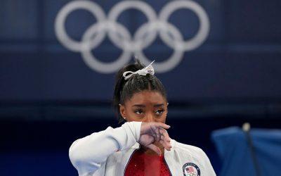 """Simone Biles explica que su retiro en equipos femeninos fue por """"demonios en la cabeza"""""""